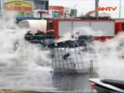 Video An ninh - Lật xe tải, 5000 lít axit bốc cháy giữa đường