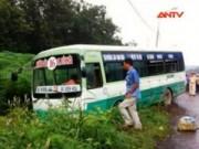 Camera hành trình - Xe buýt bị ôtô tải hất xuống lề, 30 hành khách kêu thét