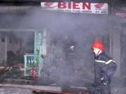 Tin tức Việt Nam - Giải cứu bà cụ 90 tuổi trong vụ cháy tiệm xe