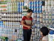 """Thị trường - Tiêu dùng - Giá sữa và lợi ích nhóm: Chưa """"vòng kim cô"""" nào siết được"""