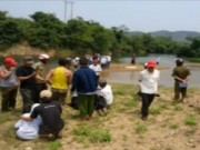 Video An ninh - Qua suối bằng xuồng tự chế, 3 học sinh đuối nước
