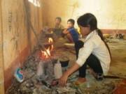 Giáo dục - du học - HS tiểu học nấu cơm, chơi đùa trong dãy phòng sắp sập