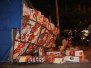 Tin tức trong ngày - TPHCM: Lật xe chở bia, dân giúp tài xế gom tài sản