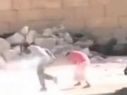 Tin tức trong ngày - Cậu bé Syria giả chết cứu em trong làn đạn bắn tỉa