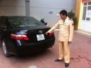 """Tin tức trong ngày - CSGT giữ ô tô biển giả: Lái xe """"bỏ của chạy lấy người"""""""