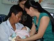 Tin tức trong ngày - Phút gặp gỡ của cha con bé trai văng ra khỏi bụng mẹ