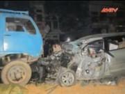 Video An ninh - Xe 7 chỗ đối đầu xe tải, 3 người cùng một nhà thương vong