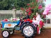 Bạn trẻ - Cuộc sống - Màn rước dâu bằng công nông của cặp đôi 12 năm yêu nhau