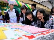 Bạn trẻ - Cuộc sống - Học sinh làm bánh ga tô kỷ lục tặng thầy cô giáo