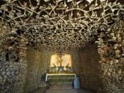 Phi thường - kỳ quặc - Sững sờ với 14 căn hầm được làm từ xương người