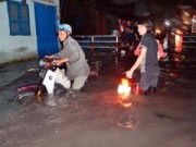 Tin tức trong ngày - Mưa lớn tại TPHCM, nước ngập gần hết bánh xe