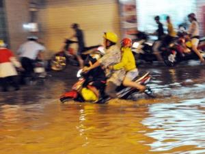 TPHCM: Mưa lớn gây ngập sâu nhiều tuyến phố