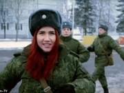 Tin tức trong ngày - Nữ điệp viên xinh đẹp tập luyện cùng lính Nga