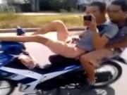 """Video An ninh - Hãi hùng 2 thanh niên """"đầu đội trời"""", chân lái xe máy"""