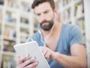Sức khỏe đời sống - Tại sao dùng máy tính bảng lại bị đau mỏi cổ?