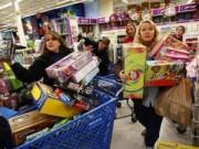Tin tức trong ngày - Người Mỹ chen chân mua sắm ngay trước Thứ Sáu Đen