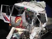 Tin tức trong ngày - Dùng xà beng cứu tài xế, phụ xe mắc kẹt trong cabin
