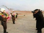 Ảnh ấn tượng: Kim Jong-un chụp ảnh cho nữ phi công