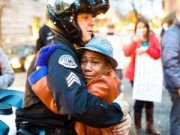 Tin tức trong ngày - Đằng sau cái ôm nổi tiếng giữa biểu tình ở Mỹ
