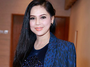Mẹ chồng Hà Tăng ngày càng trẻ đẹp