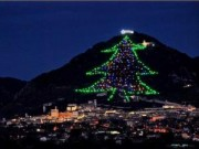 Du lịch - Choáng ngợp cây thông Noel cao bằng ngọn núi