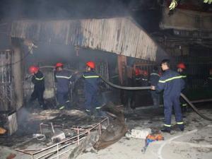 HN: Cháy chợ Cầu Diễn, tiểu thương khóc than cả đêm