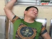 Video An ninh - Ngáo đá, giấu 32 gói heroin trong chân giả đụng chốt 141