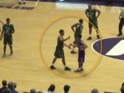 Thể thao - Cầu thủ bóng rổ giả vờ bắt tay, cướp bóng ghi điểm