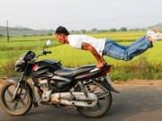 Ảnh ấn tượng: Tập yoga trên xe máy chạy tốc độ cao