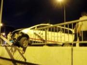 Tin tức trong ngày - TPHCM: Sau va chạm xe, taxi suýt lao khỏi cầu Chữ Y