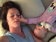 """Bạn trẻ - Cuộc sống - Clip: """"Chiến thuật"""" đánh thức mẹ của bé gái 8 tháng tuổi"""