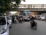 Video An ninh - Clip: Xe khách bị mắc kẹt dưới gầm cầu Long Biên