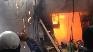 Tin tức trong ngày - Hà Nội: Cột điện cháy, lửa thiêu rụi cả nhà dân