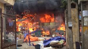 Tin tức Việt Nam - Hà Nội: Cháy chợ Nhật Tân, tiểu thương ôm hàng tháo chạy