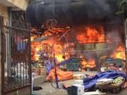 Video An ninh - Chợ Nhật Tân cháy dữ dội giữa trưa, tiểu thương nháo nhác