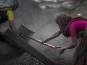 """Tin tức trong ngày - Cảnh lao động """"khổ sai"""" của phụ nữ nơi mỏ than"""