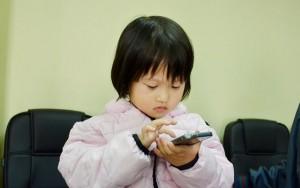 """Tin tức trong ngày - Bé gái 4 tuổi bị bắt cóc kể gì khi thoát khỏi """"mẹ mìn""""?"""