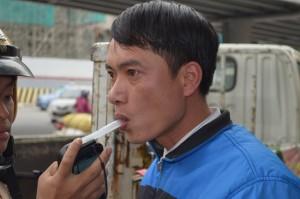 Tin tức trong ngày - Hà Nội: Người tham gia giao thông lúng túng đo nồng độ cồn