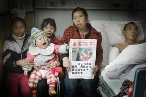 Bạn trẻ - Cuộc sống - Rớt nước mắt cảnh mẹ nghèo phải bán con cứu chồng