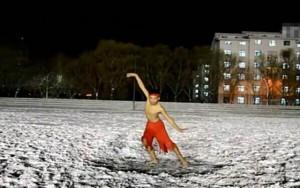 Bạn trẻ - Cuộc sống - Chàng trai cởi trần nhảy dưới tuyết mừng sinh nhật bạn gái