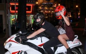 Hotboy Huỳnh Anh tháp tùng bạn gái bằng mô-tô khủng