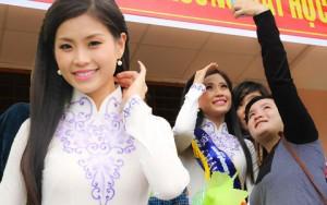 """Thời trang - Á hậu Diễm Trang bị """"bao vây"""" ở quê nhà"""