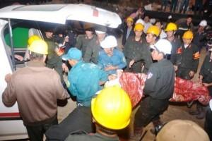 Tin tức Việt Nam - Sập hầm 12 người mắc kẹt: Khoảnh khắc tìm thấy sự sống