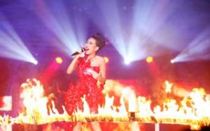 Ngôi sao điện ảnh - Thảo Trang sexy hát giữa vòng lửa