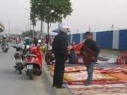 Tin tức trong ngày - HN: Phạt người dừng xe lòng đường, vỉa hè mua bán hàng hóa