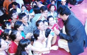Sao ngoại-sao nội - Chế Linh quỳ trên sân khấu ký tặng người hâm mộ