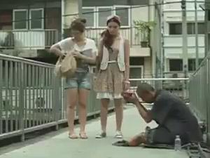 Clip cô gái vạch trần bộ mặt của gã ăn xin rởm