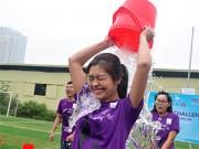 Bạn trẻ - Cuộc sống - HN: Giới trẻ dội nước đá lên đầu trong giá lạnh