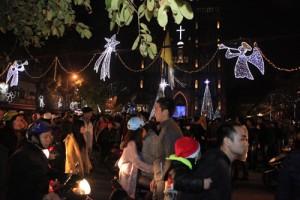 Tin tức trong ngày - Người dân chen chân đi chơi Noel