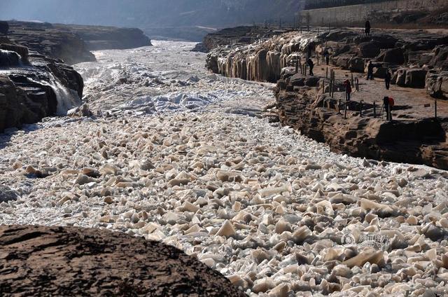 Choáng ngợp cảnh tượng sông Hoàng Hà đóng băng